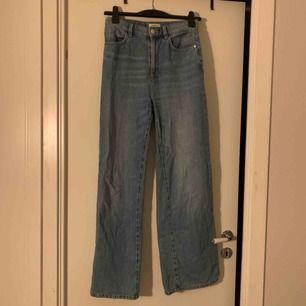 Vida högmidjade jeans från Lindex. Lite slitna där nere men tycker det gör en najs touch på byxorna