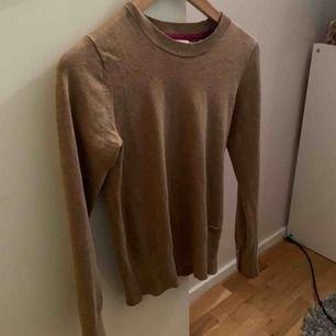 Skön brun ish beige tröja från lindex med knappar i armen