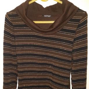 Säljer en randig långärm tröja, Storlek M. Längd ca 64 cm,långärm 51 cm Mjuk och skön. Strech material. 90% akryl ,5%ela,5%lurex. Perfekt skick!
