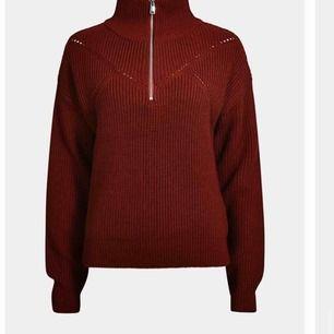 Vinröd stickad tröja från bikbok med half - zip. Storlek XS (passar S också). I ett väldigt fint skick! 60kr + frakt. Om nån skulle vilja ha fler bilder på plaggen jag lägger upp så är det bara att skriva!