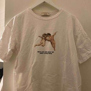 """Oversized t-shirt i storlek M. Passar allt från XS-L beroende på hur man vill att den ska sitta. På mig med M sitter den """"normalt""""/något oversize. Använd några gånger - fint skick!! Frakt tillkommer."""