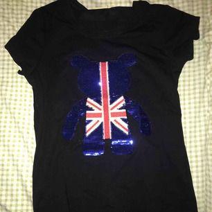 En svart t-shirt med ett tryck framme😇