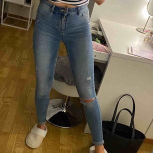 Jeans från Cubus. Skinny fit med hål på knät. Bra skick, vikt up jeansen o är 162cm. Frakt tillkommer på 63kr
