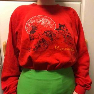 Skit snygg oversized tröja. Den har tyvärr fått en färg fläck på sig men är annars super fin. Köparen står för frakten💕