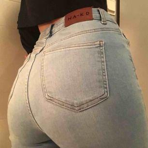 Skinny high waist destroyed jeans från NA-KD. Har knappt jeans på mig längre så har använt dessa Max 5 gånger, så de är i mycket fint skick.  Köparen står för frakt eller så möts jag upp i Örebro😃