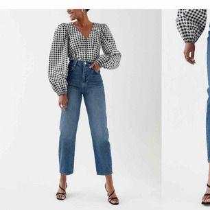 SÖKER ett par såna här jeans från Gina tricot i stl 34!!!!! Exakt den här modellen, i vilken färg av dessa 2 spelar ingen roll. Hör av dig om du har ett par du vill sälja eller vet någon annan som säljer❤️🥰🥰