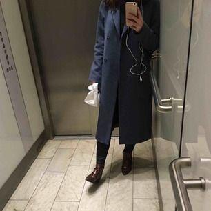 Säljer trendig kappa ifrån Brixtol varsamt använd en höst. Bra skick. XS men passar lagom på mig som har S och får plats med tjock tröja under. Nypris 3199kr säljes för 1000kr.