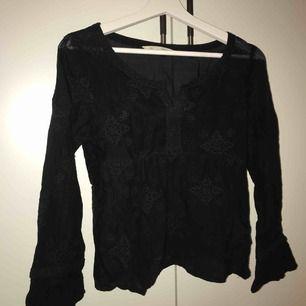 Säljer min fina odd Molly blus i svart i storlek 0, nypris 1500kr, snabbaffär