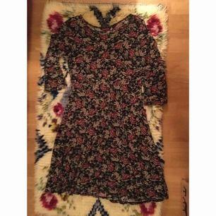Blommig klänning, går till knäna på mig som är 168cm! Väldigt skönt material och den är i fint skick. Vid frakt står köparen för kostnaden 🐚