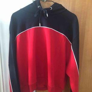 En fin hoodie från h&m. Helt oanvänd, prislappen finns kvar. Den är i storlek L men kan även passa till en M :)