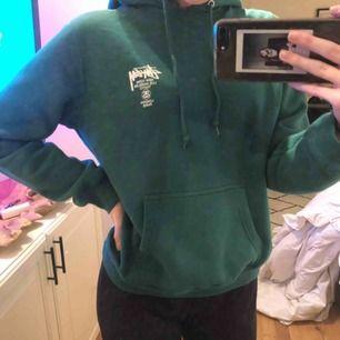 Stussy hoodie köpt i Toronto för lite mer än 800kr. Är i jättebra skick och använd ett få tal gånger. Möts upp i Gbg eller fraktar där du själv betalar för frakten. Pris går att diskutera, och mer bilder kan fixas! :)