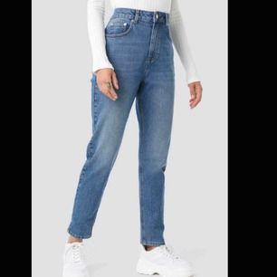 Splitternya mom jeans från nakd, säljer pga fel storlek. Aldrig använda, prislapp kvar.