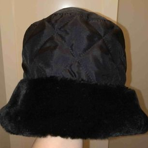 Otrolig vintage buckethat!! 🤯 Quiltad + låtsaspäls, skitsnygg vinteraccessoar!