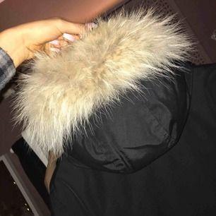 Woolrich vinterjacka med superfin päls.  Storlek M (passar 36-38) Köpt för 6590kr.