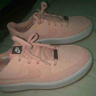 Säljer dessa ursnygga skor ifrån Nike som jag precis köpt och tyvärr köpte för liten storlek i. Nypris 1199kr säljer nu för 850 ink frakt