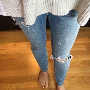 Redone Levi's skinny 501. Avklippta i benen samt slitningar vid knä och lår. Nästintill oanvända, men har justerats/tagits in i midjan. Passar den som brukar ha 24/25W och 27/28L. Nypris 1200 kr. Säljer för 600 kr inkl frakt!
