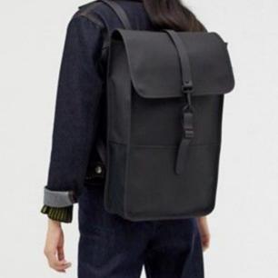 trendig rains ryggsäck i large, nyskick knappt använd :) dma ifall du vill ha fler bilder!