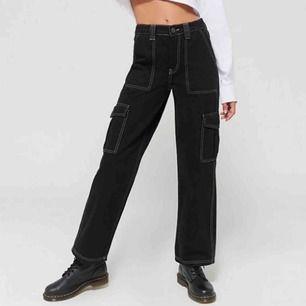 Ett par svarta bdg jeans köpta på Urban outfitters 2019 för ca 700kr. Byxorna har en relativt rak passform och vit söm. Säljer pga inte använda på ett tag.