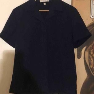 Fin skjorta köpt secondhand i Paris, bra skick. Marinblå med fin krage och avslappnad passform.