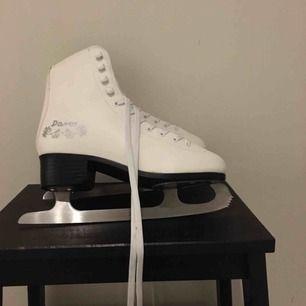 Davos konståkningsskridskor. Helt nya. Bara använda en gång. Säljer för att jag inte kan åka såna skridskor. Nyslipade. Fodrade. Jättebekväma. Passar även för 38