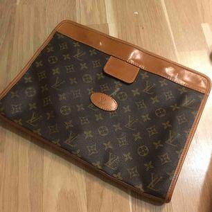 Äkta vintage Louis Vuitton  Vet ej om äkta men känns som det, har haft platan i den:)