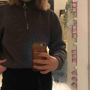Grå sweatshirt med dragkedja i halsen i storlek S. Jättemysig, använd 1 gång. Köparen betalar ev frakt om man inte kan mötas upp i Göteborg!