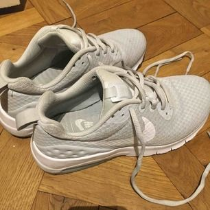Hej! Säljer mina gamla springskor som är en Nike air modell i ljusgrå/blå färg och vit sula. De är bara använda inomhus på gym! Säljer då jag köpt ett par nya och de är liiite små på mig  🦋Köparen står för frakt och kan mötas upp i stockholm🦋