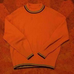 Fin, orange 70-tals tröja med turtleneck! Jättefint skick. Betalaren står för frakt, annars möts jag upp i Stockholm