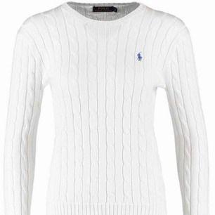 Klassiskt vit tröja från Ralph Lauren i Kabelstickat material! Kommer inte till användning. Ny:1200:- Fraktkostnad tillkommer