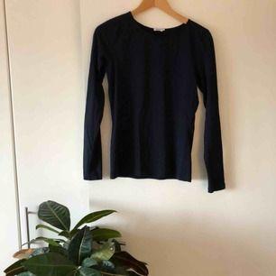 Långärmad mörkblå t-shirt från Filippa K i bomull. Sparsamt använd!