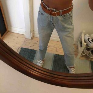 Mom-jeans från Pull&Bear i ljus denim. I fint skick, använda fåtal gånger.