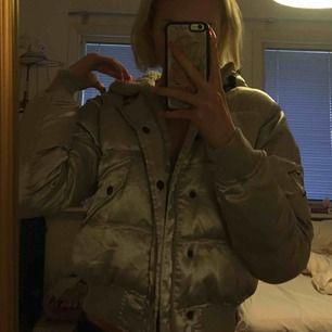 skitfin silvrig jacka jag köpte på humana</3 från märket bomb boogie, älskar den så mycket men kommer inte till användning och behöver pengar :D