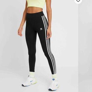 Säljer mina Adidas leggings i storlek XS (passar även S). Går bra att träna i men även att mysa i. Använda men i bra skick. 80kr + frakt 💪🏽🥰