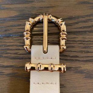 Säljer detta jättefina skärpet från stradivarius, Säljs pågrund av ingen användning. Den köptes för 199kr och (frakt tillkommer)