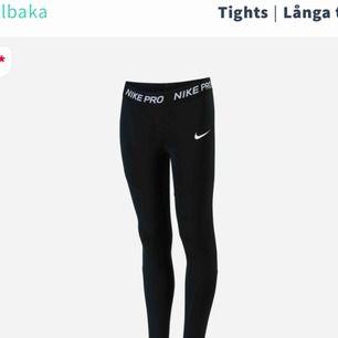 Använt några gånger men ser nya säljer pga har för många leggings. Storleken är S men passar från Xs-M för det är stretchiga!