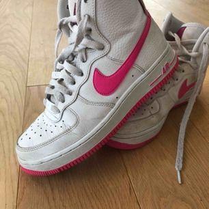 Säljer mina älsklings AF1 High Top Pink. köpt nya &  dem kommer inte till användning längre. Dem är inte tvättade i maskin ännu men köparen får självklart nytvättade & vita!🤩 Köpta i Sep så dem är fortfarande i mycket bra skick!💞
