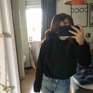 En svart lite oversized hoodie men som är lätt att stoppa in, som man kan se på bilden. Snörena på hoodien är lite slitna men inget man märker av, jag brukar knyta de. Säljs för 40kr plus frakt :)