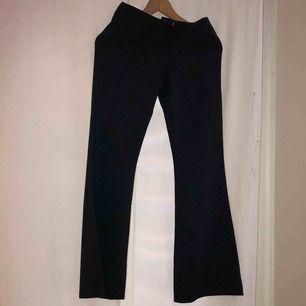 Topshop kostymbyxor, storlek 34, XS, väldigt mörkgrå med lite ljusare ränder, aldrig använda - de passade inte! Frakt läggs till 59kr ☺️ (om fraktas)