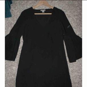 Jätte söt klänning från hm, endast använd 1 gång på kvällen under min student dag för två år sedan! Storlek 34  Volang på ärmarna  Frakt tillkommer