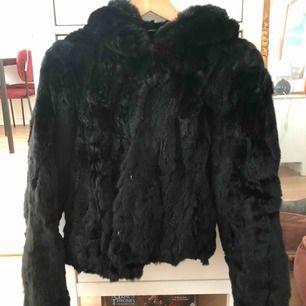 Svart pälsjacka från Hollies i storlek 32, passar XS. Fungerar som både höst och vi vinterjacka.