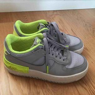 """Ett par ascoola Nike air force 1, använt 2 gånger!!! Gråa med neongula detaljer! Reflex där bak där det står """"Nike""""! Möts gärna upp i sthlm, kan även frakta!!😃"""