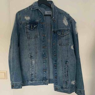 Superfin jeans jacka från New Look. Inget att anmärka på. Storlek 34, mer som 36. Frakt ingår.