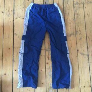 Blåa brallor i arbetarmaterial, kommer tyvärr inte till användning, har fickor på sidan och sitter jättefint!