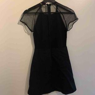 Superfin klänning med spetsig/öppen rygg från Zara. Storlek S (mer som XS). Den är lite trasig i armen men det syns inte när den är på. Frakt ingår