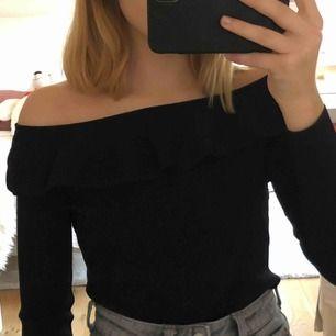 Snygg svart off shoulder tröja i tunt och stretchigt material. Använd typ en gång pga för liten. Frakt ingår.💖