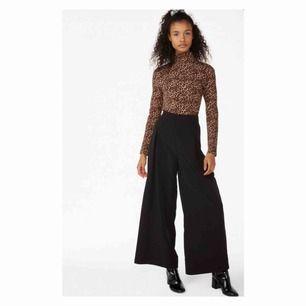 Vida svarta byxor från Monki i storlek S. Använda ett fåtal gånger pga för stora.