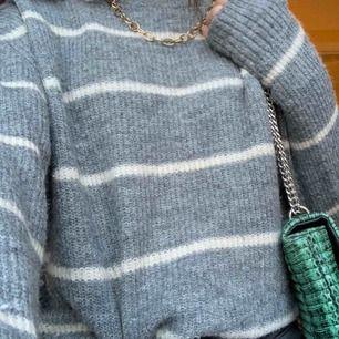 En grå stickad tröja  Mysig och nästan aldrig använt