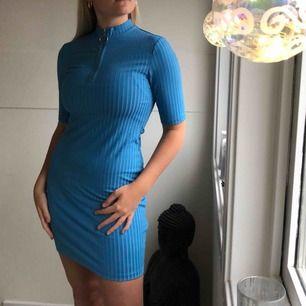 Skit snygg tajt blå klänning från weekday Använt 1-2 gånger, nyskick  T-shirt armar med silver dragkedja längst bröstet Kommer ej ihåg nypris