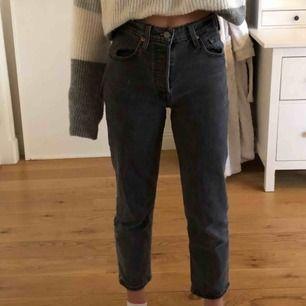 Gråa Levi's jeans, använd 3-5 gånger då dom är för små/korta. Jag är ungefär 161 cm lång och dom sitter lite tajt. Passar nog på personer som är under 160. Frakt ingår.💖