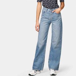 Säljer ett par vida jeans från junkyard. Köpa i somras men endast använda en gång. Benen är ca 2,5 cm uppsydda då de va för långa för mig som är 167 lång. Gratis frakt!